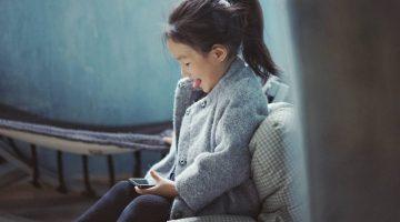 pan-xiaozhen-girl-phone-tongue1440